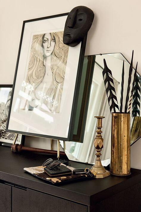 Un esprit cabinet de curiosité moderne et chic dans la chambre, avec des oeuvres d'art et des objets de style tribal. Retrouvez toutes les photos de cet intérieur élégant dans l'article.