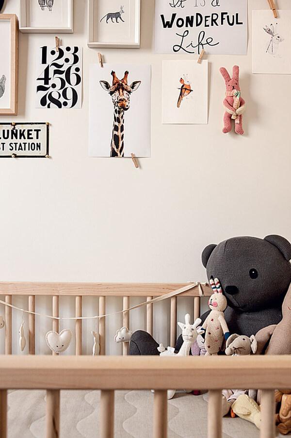 Une jolie nursery avec des petites affiches au mur.