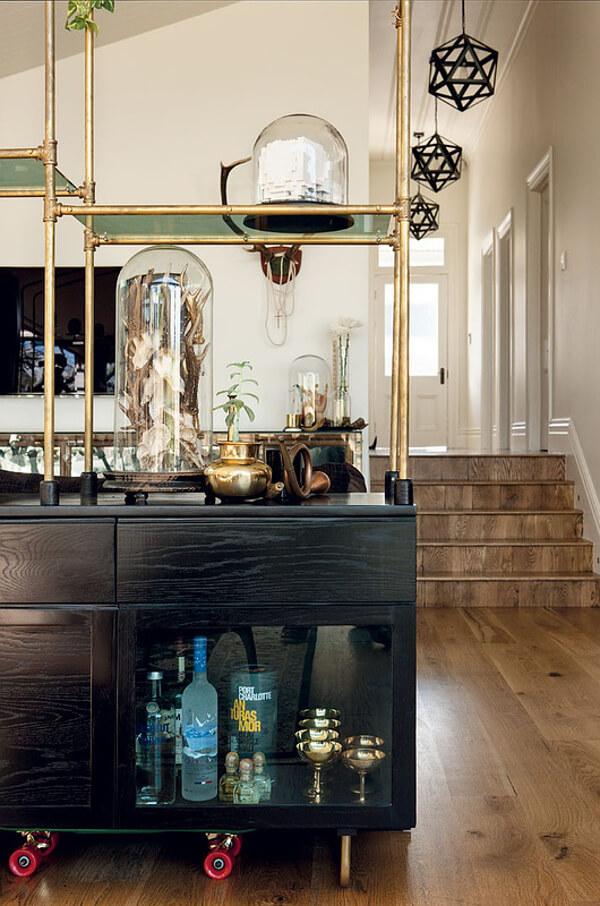 Un salon décoré en cabinet de curiosité chic et moderne, avec plein de petits trésors posés sur l'étagère. Retrouvez toutes les photos de cet intérieur éclectique dans l'article.
