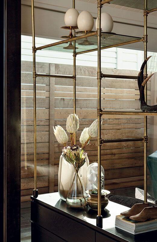 Une jolie leçon de style pour ce salon et son cabinet de curiosité moderne et chic : des fleurs séchées, des objets sous cloches et même des oeufs d'autruche ! Retrouvez plus de photos de cet intérieur design dans l'article.