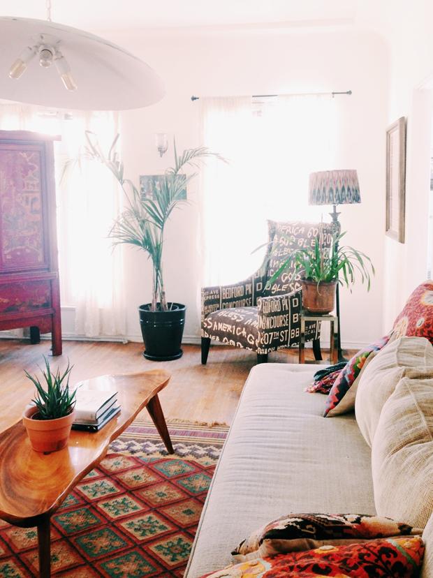 Un joli salon bohème et chic, avec ses imprimés ethniques et sa profusion de plantes vertes. Retrouvez toutes les photos de cet intérieur original dans l'article.