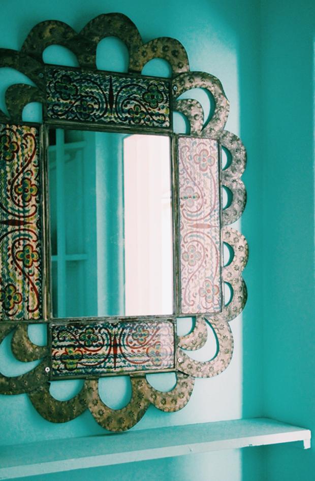 Un sublime miroir vintage de style bohème, parfait pour décorer une maison ethnique. Découvrez toutes les photos de cet intérieur boho dans l'article !
