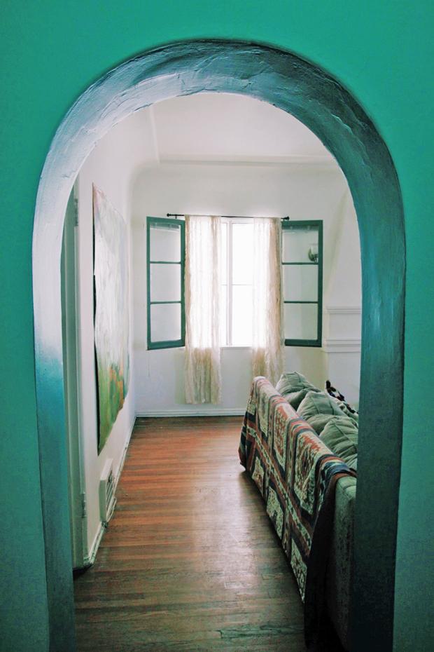 Des murs peints en vert turquoise et des imprimés vintage, parfaits pour cet appartement boho chic californien. Découvrez plus de photos de cet intérieur dans l'article.