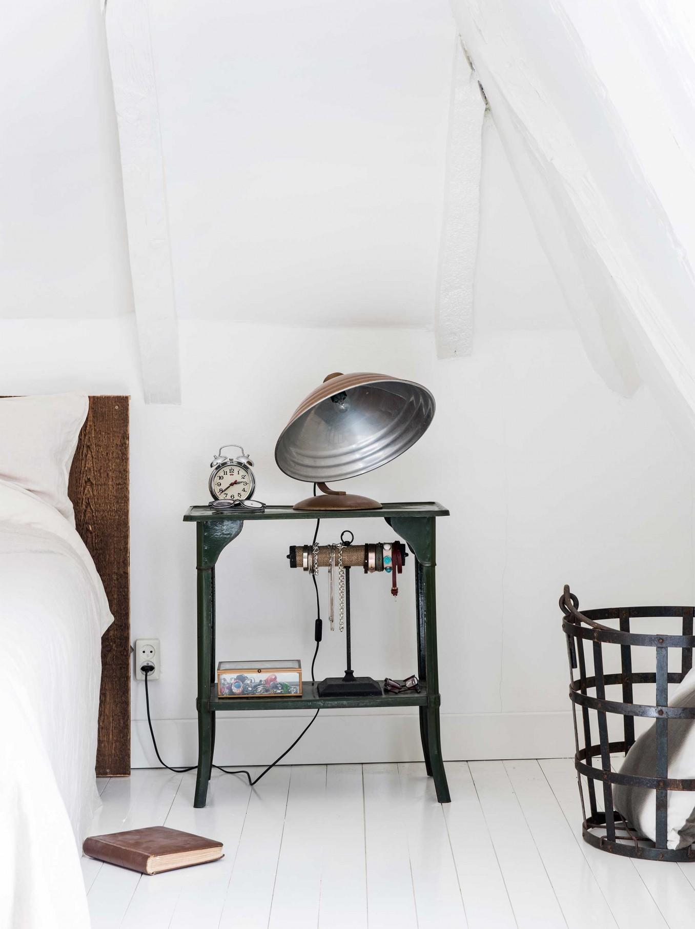 Des meubles chinés et une jolie lampe vintage pour décorer cette chambre minimaliste. Retrouvez toutes les photos de cet intérieur dans l'article.