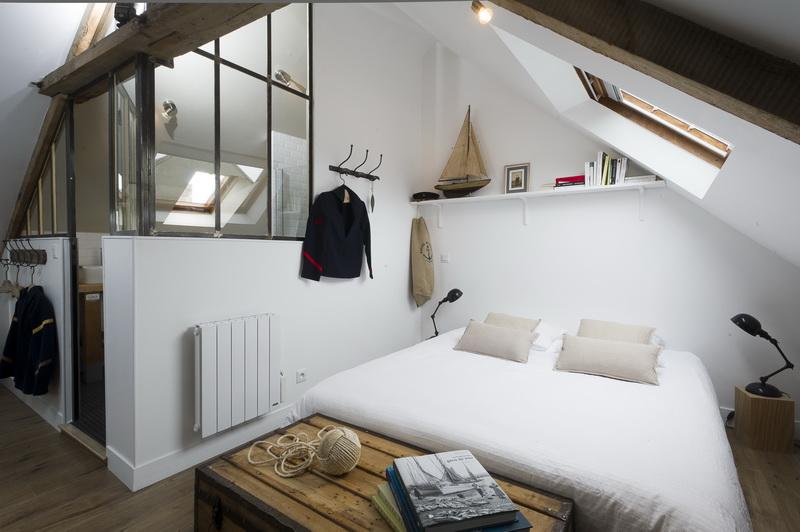 Un mini loft industriel sous les toits en normandie - Deco chambre loft ...