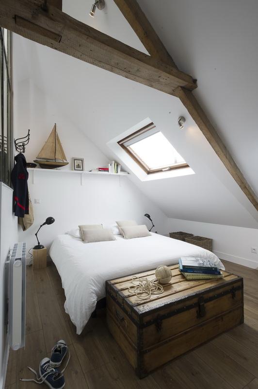 Pas facile de décorer une petite chambre dans un loft sous les toits ! Retrouvez toutes les photos de cet intérieur inspirant dans l'article.