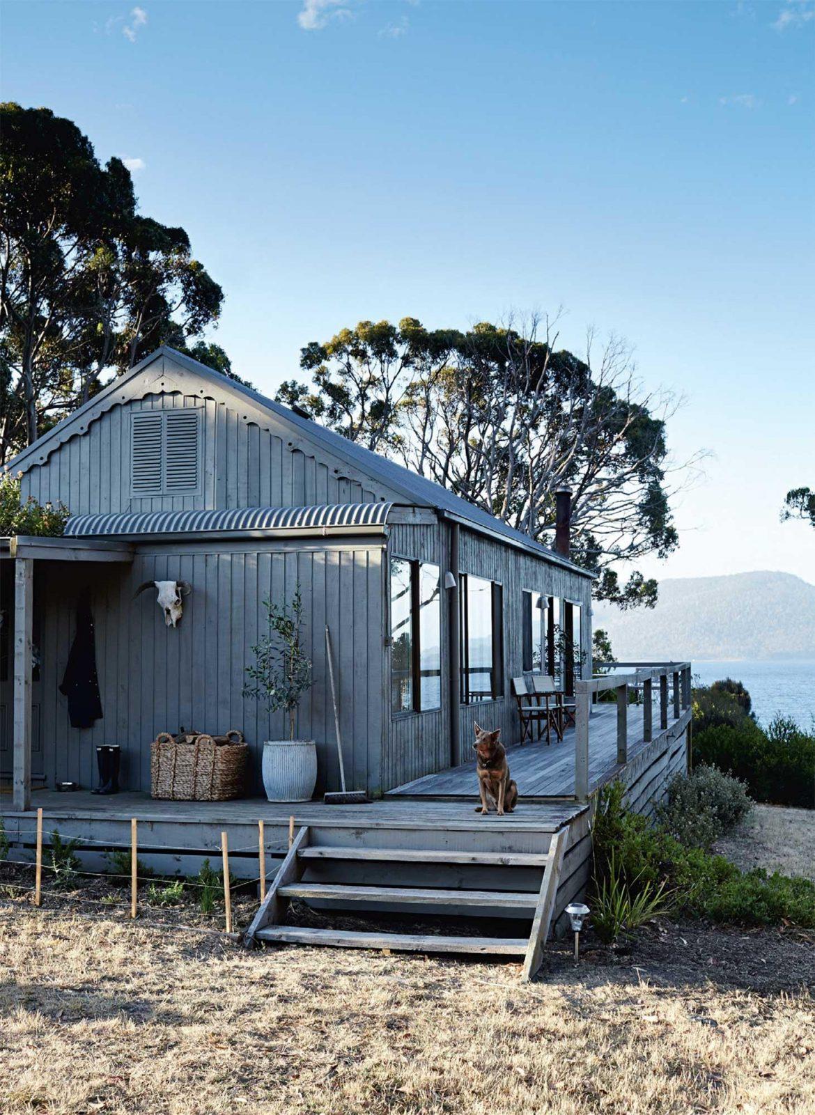 Une jolie maison avec vue sur la mer, sur une île de Tasmanie, en Australie. Découvrez les images de cet intérieur cosy dans l'article.