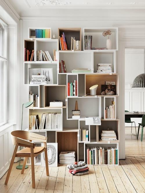 Oui aux bibliothèques originales pour les petits espaces cest une jolie manière de concilier fonctionnalité et esthétisme idéal aussi pour les grands