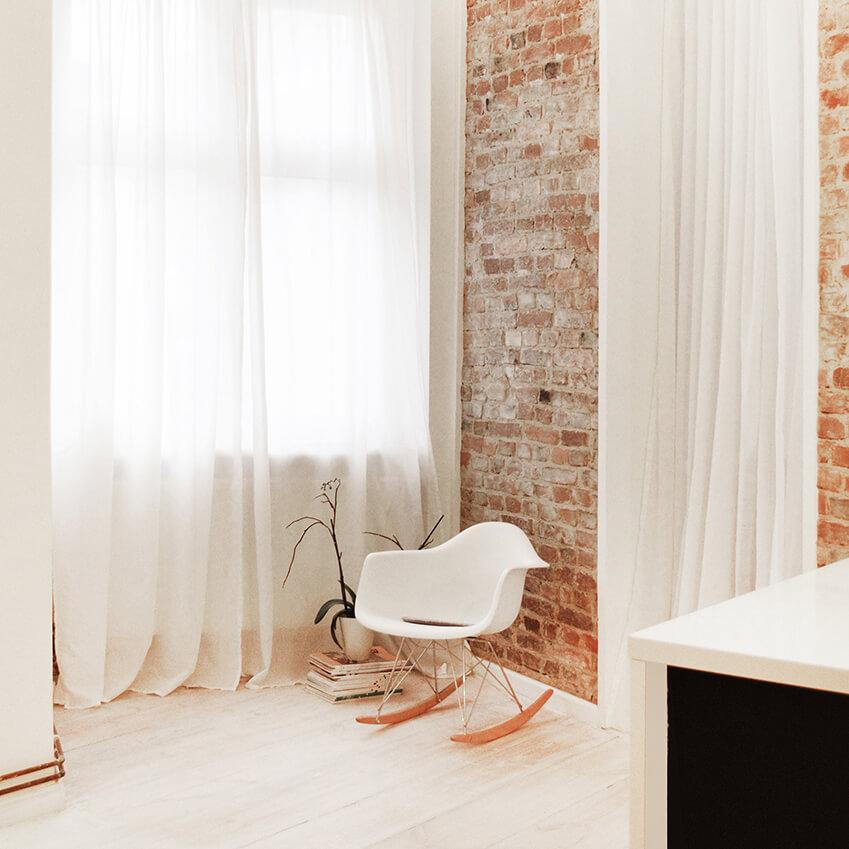 Leçon de style minimaliste en décoration, avec ce charmant coin salon. Découvrez plus d'inspiration déco dans l'article !