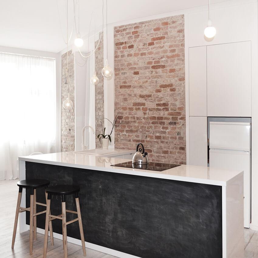 Une jolie cuisine minimaliste, avec un design sobre et élégant. Découvrez plus d'inspiration déco minimaliste dans l'article !