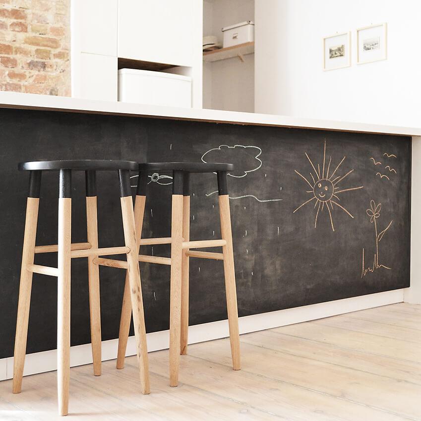 Une jolie idée créative avec ce tableau noir à craie dans la cuisine de cet appartement berlinois. Retrouvez toutes les photos dans l'article !