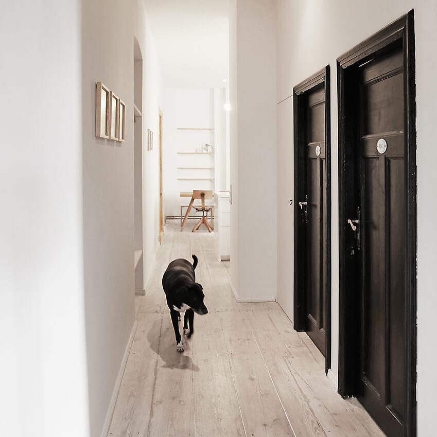 Décoration d'intérieur minimaliste et chic, avec ce hall aux couleurs naturelles et élégantes. Découvrez plus de photos dans l'article !
