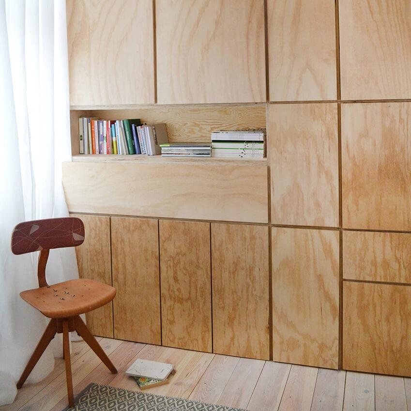 Une bibliothèque minimaliste, avec ses rayonnages en bois naturel tout en sobriété. Plus d'inspiration dans l'article avec les photos de cet appartement berlinois.
