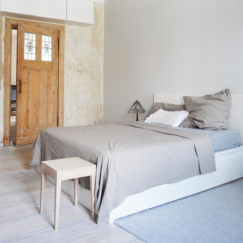 Décoration minimaliste dans la chambre de cet appartement berlinois au design sobre et naturel. Plus d'inspiration déco dans l'article !