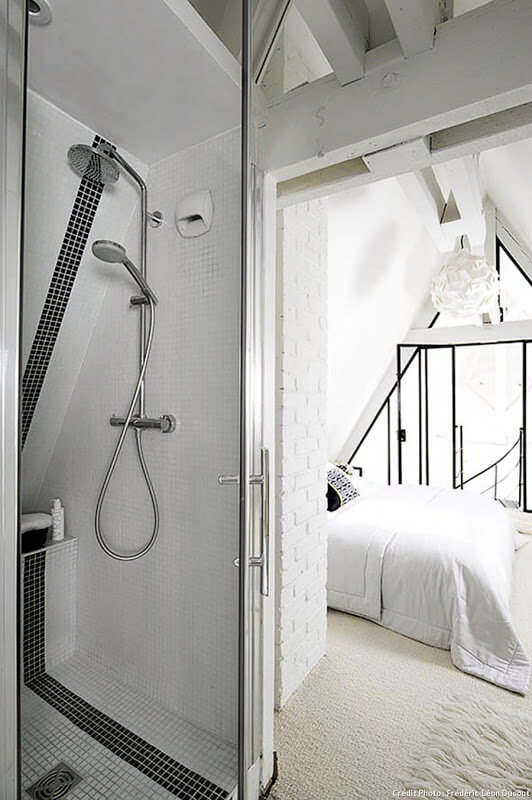 Une petite salle de bain à la décoration design et minimaliste. Découvrez plus de photos de ce loft parisien et très chic dans l'article.