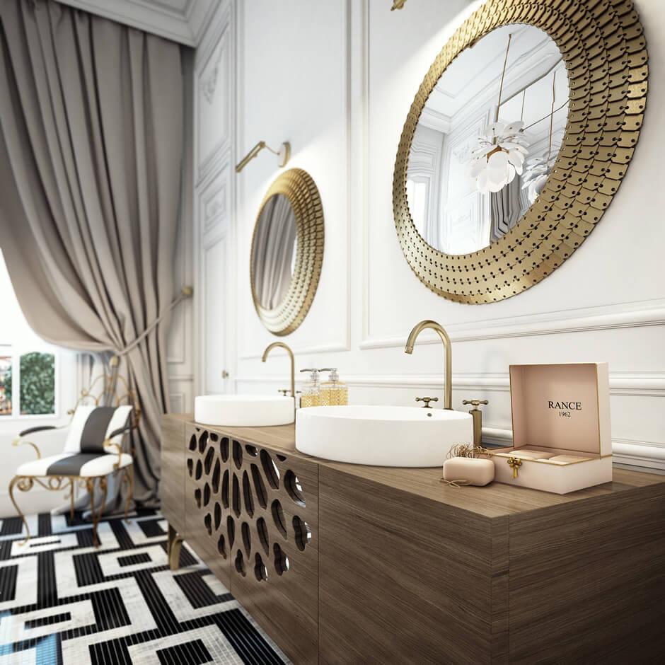 Une décoration de salle de bain très chic, avec une mosaïque élégante et de grands miroirs dorés. Retrouvez plus de photos de cet intérieur bourgeois dans l'article.