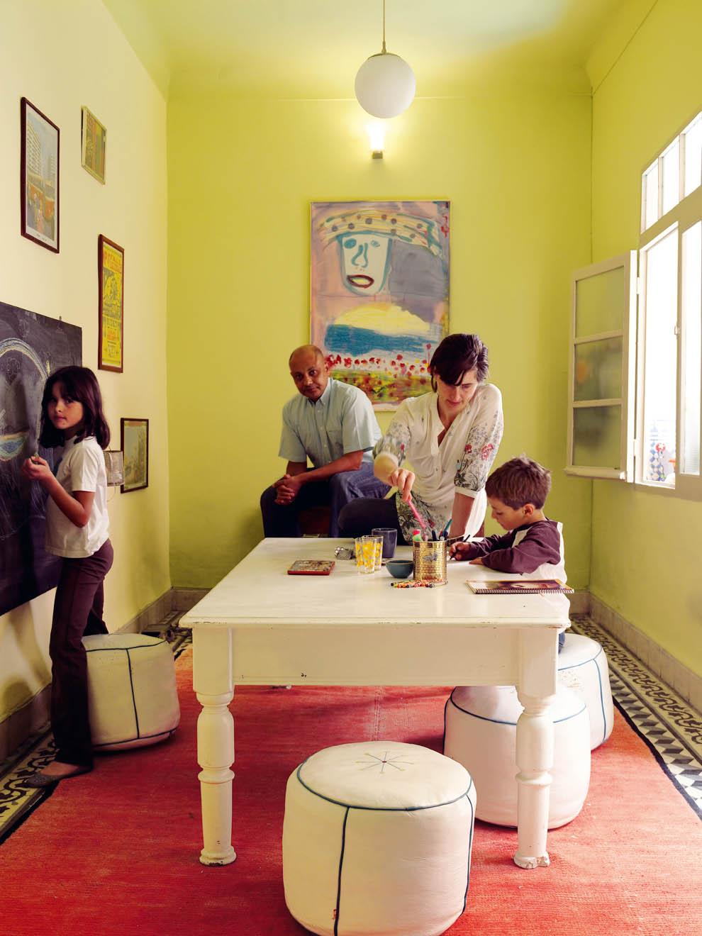 Inspiration déco pour un coin jeux dans un petit salon de cette belle maison marocaine colorée et familiale. Découvrez la suite des photos dans l'article !