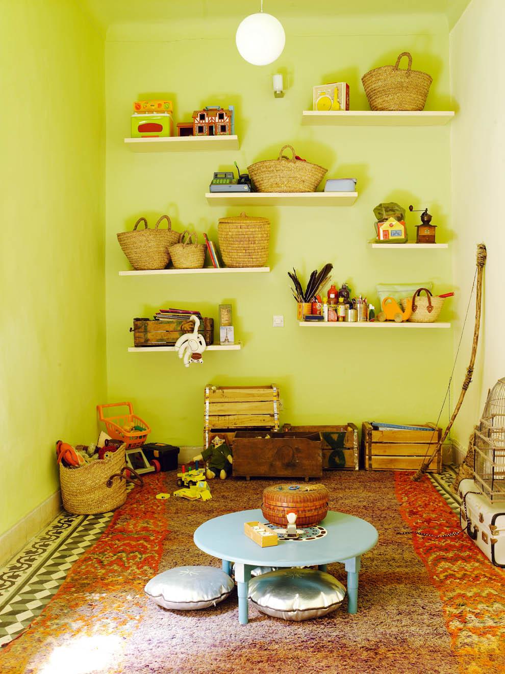 Inspiration déco pour une adorable salle de jeux pour enfants dans cette maison marocaine typique, bohème et colorée. Plus de photos dans l'article !