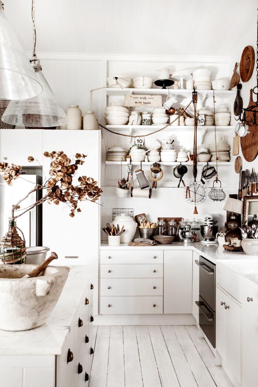 Découvrez cette magnifique cuisine rustique, avec cette belle accumulation d'objets vintage et chinés