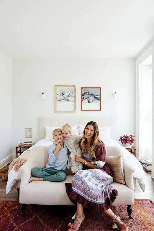 Une chambre d'adulte bohème et cosy, avec un tapis ethnique et des tableaux au mur | chambre d'adulte | chambre féminine #décochambre #chambrecosy