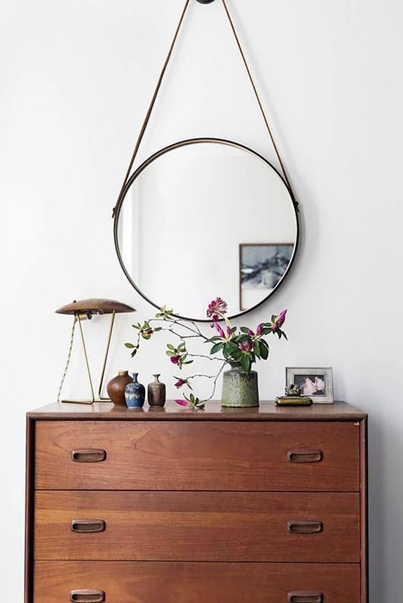 Une commode chinée, avec une jolie lampe industrielle et un grand miroir rond #commode #miroir