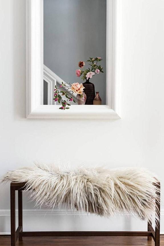 Une jolie façon de décorer l'entrée de son appartement, avec un banc recouvert d'une fausse fourrure cosy | déco entrée | déco entrée bohème #entrée #décofourrure