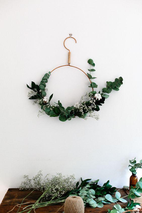 Envie d'un tuto simple pour fabriquer une couronne de Noel à partir d'un cintre ?