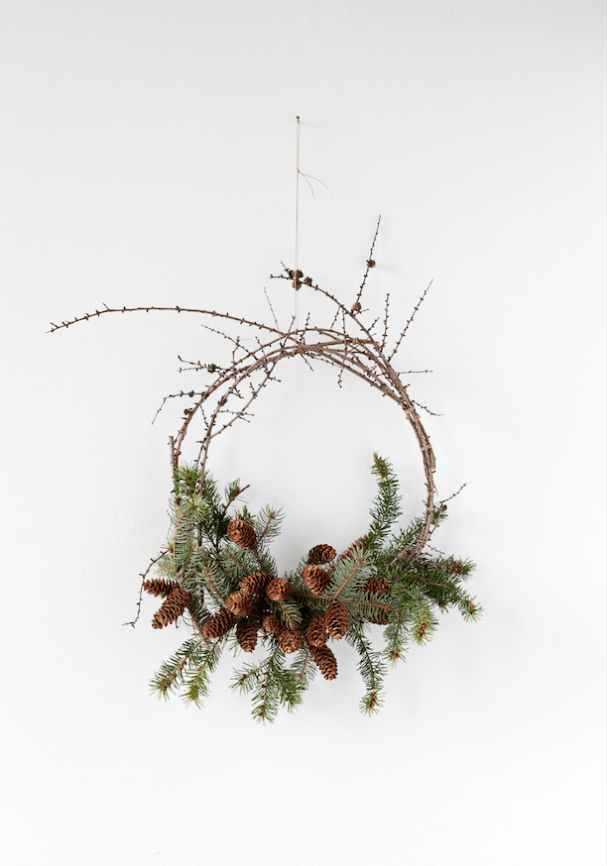 fabriquer une couronne de Noel naturelle avec des pommes de pin