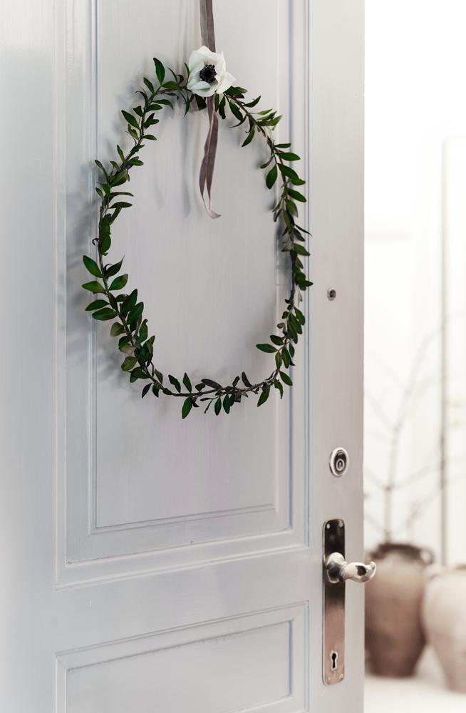 Utilisez une couronne de Noel d'esprit scandinave pour créer une décoration de Noel dans votre intérieur