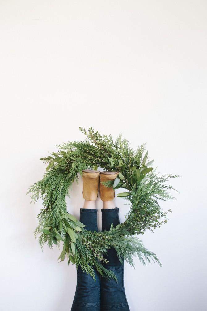 Réalisez une couronne de Noel traditionnelle, avec de jolies banches de sapin