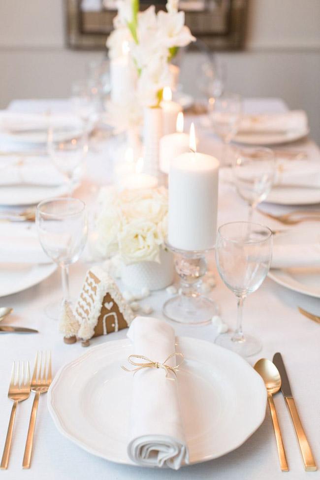 Une déco de table de Noël toute blanche, élégante et moderne, décorée de bougies et de fleurs blanches
