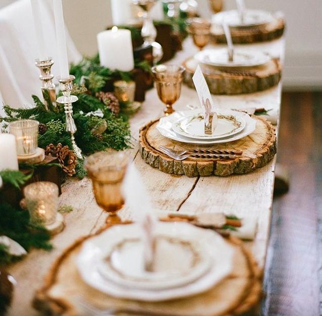 Une déco de table de Noel rustique et naturelle, avec de grosses rondelles de bois comme dessous de plat