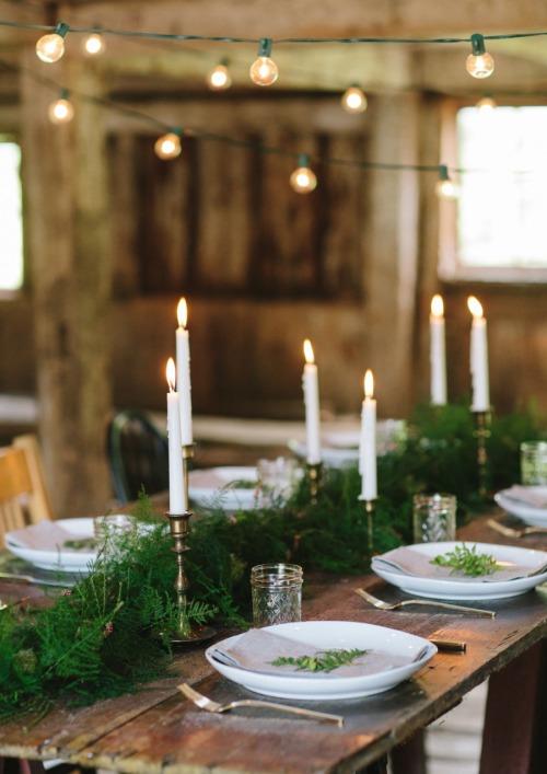 Jolie idée de déco pour une table de noel : accumuler des bougies