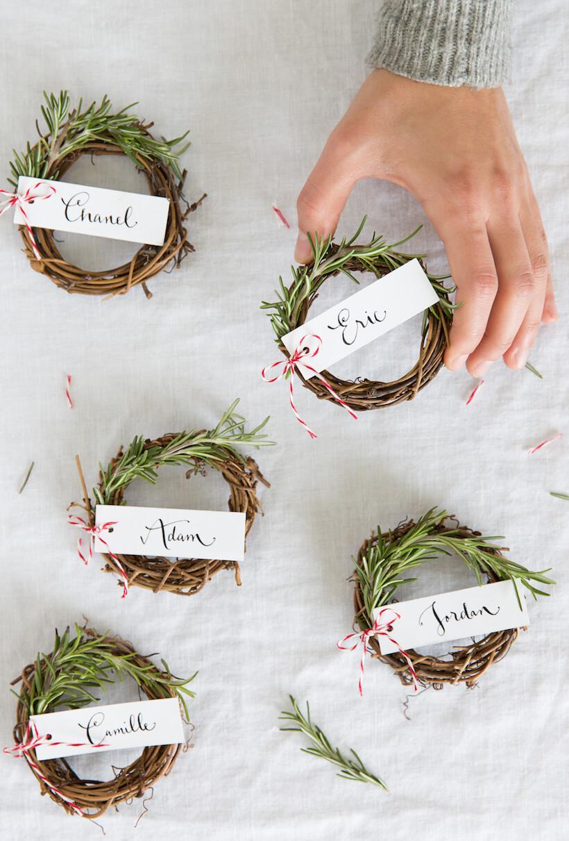 Fabriquez de toutes petites couronnes de Noel pour décorer votre centre de table pendant les fêtes