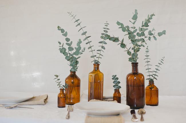 Décorez vos bouteilles en verre vintage avec des branches d'eucalyptus