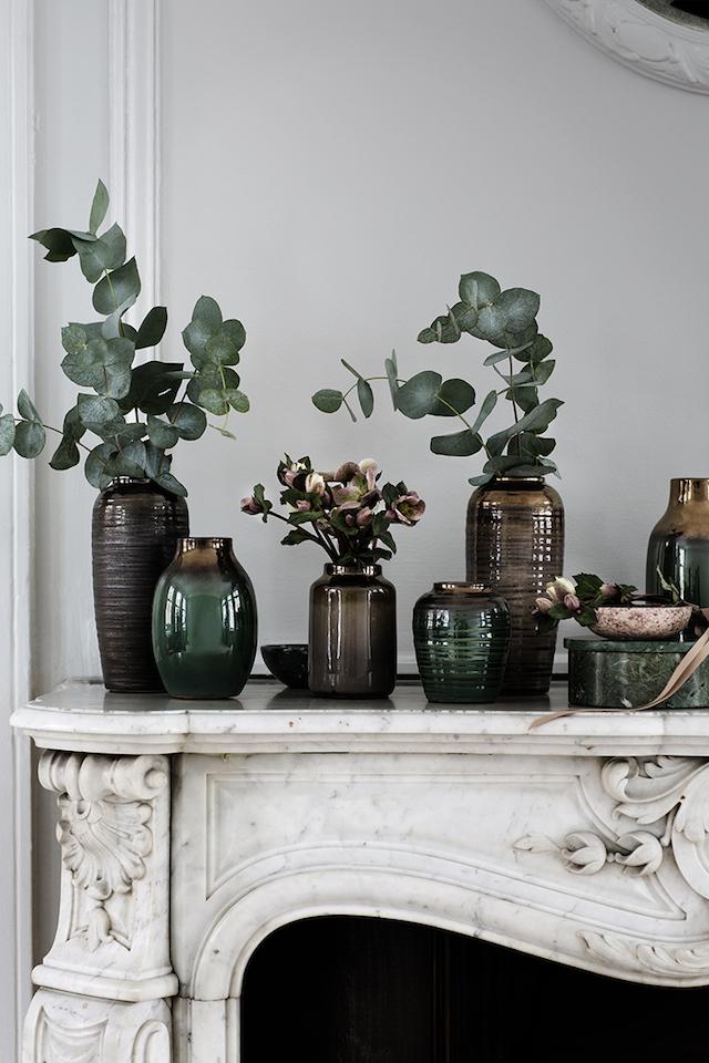 Comment décorer une cheminée ? En accumulant les vases, et avec des branches d'eucalyptus
