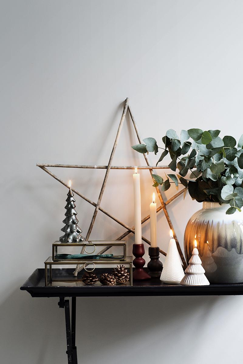 Une idée originale pour une déco de Noel avec cette étoile et ce bouquet d'eucalyptus