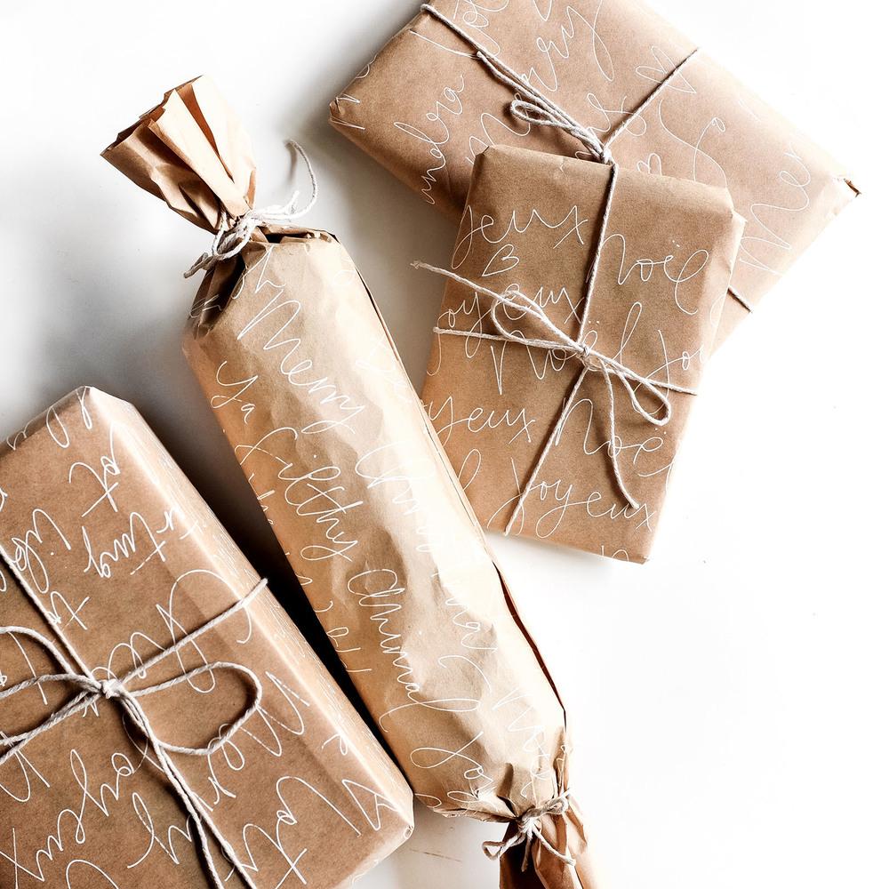 4 jolies id es pour r aliser un emballage cadeau en papier kraft maison allaert blog - Papier cadeau kraft ...