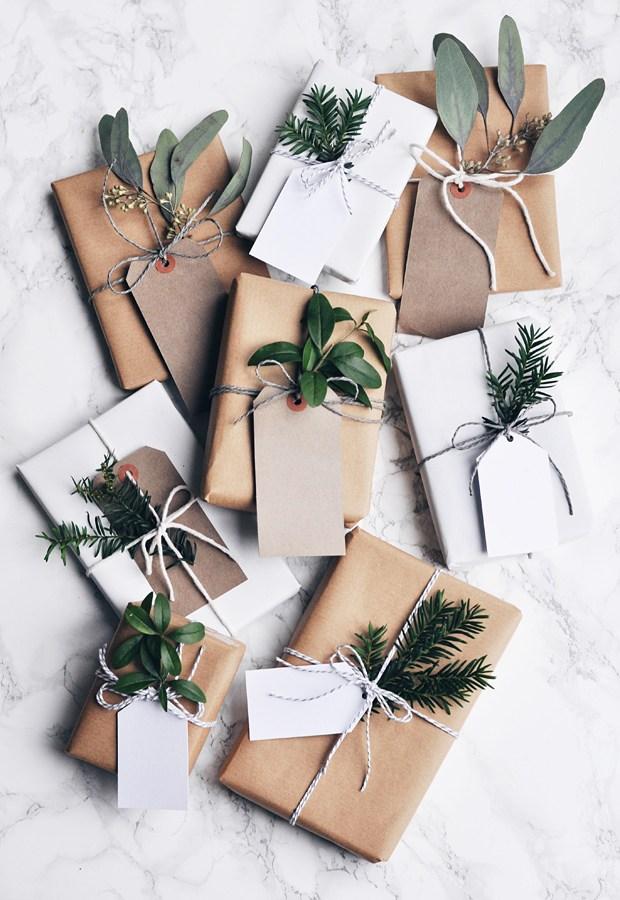 Quoi de plus joli qu'un emballage cadeau en papier kraft ? Retrouvez plus d'idées déco dans l'article !