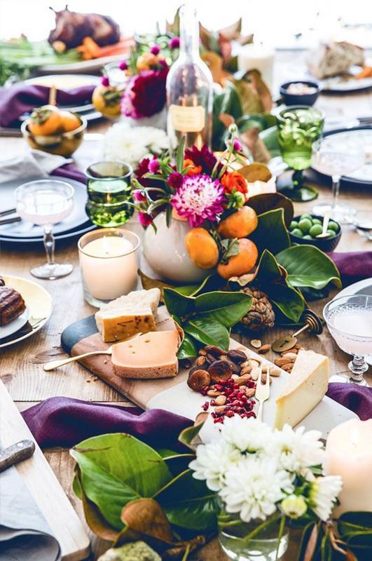 Une table de Noel originale et bohème, décorée naturellement de fruits d'hiver et de bouquets de fleurs