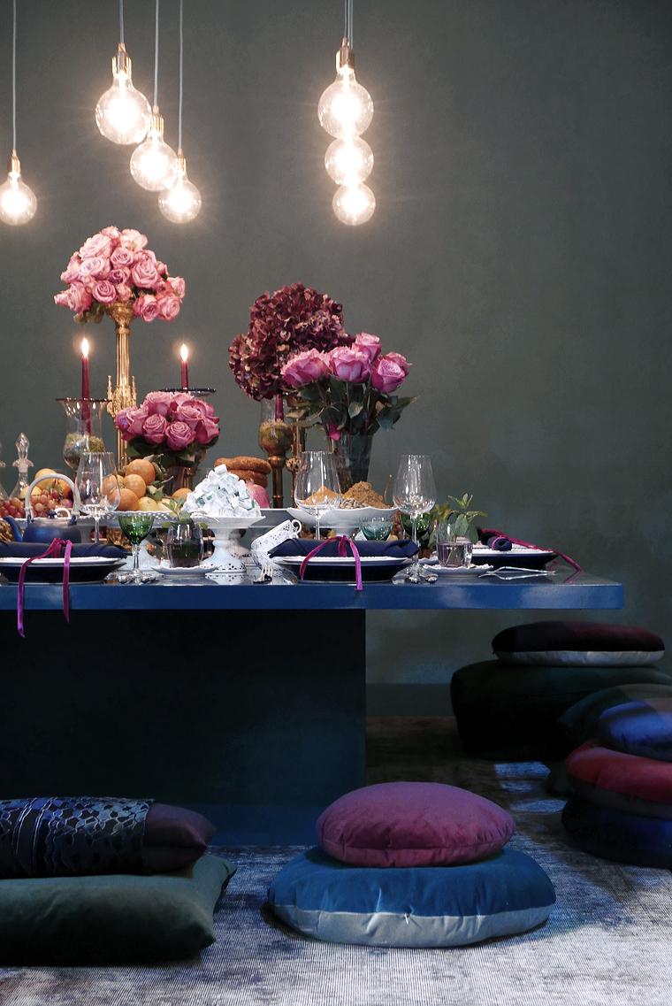 Une table de Noel très chic, avec une palette de couleur baroque : rose poudré, violet, bleu