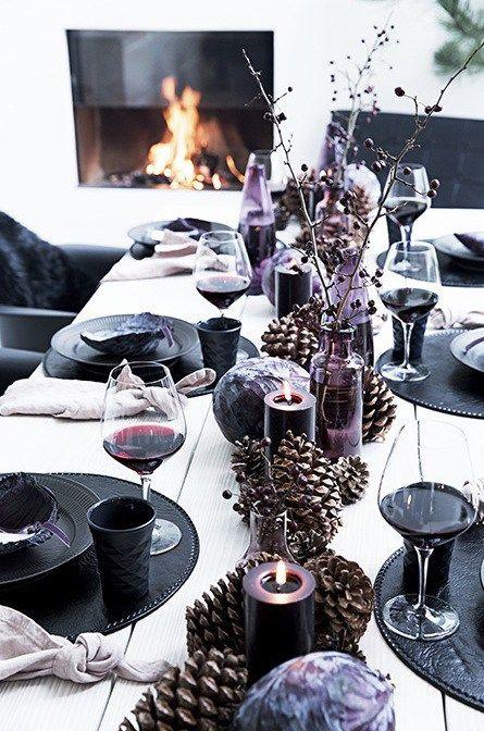 Une table de Noel moderne et baroque, avec une palette de couleurs sombres : noir, violet, pourpre