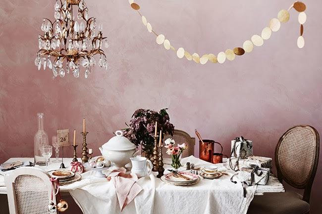Une table de Noel extravagante et originale, avec une palette de rose pastel, rose poudré et violet