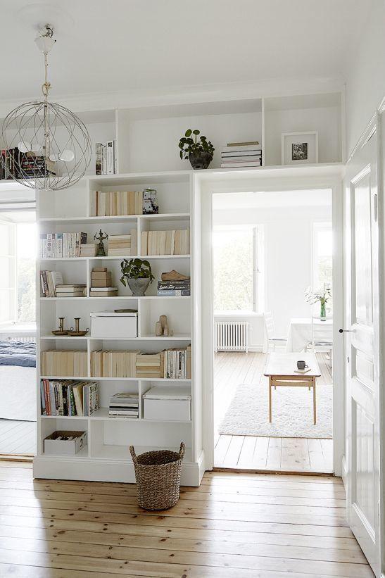 Décorer une bibliothèque dans un couloir