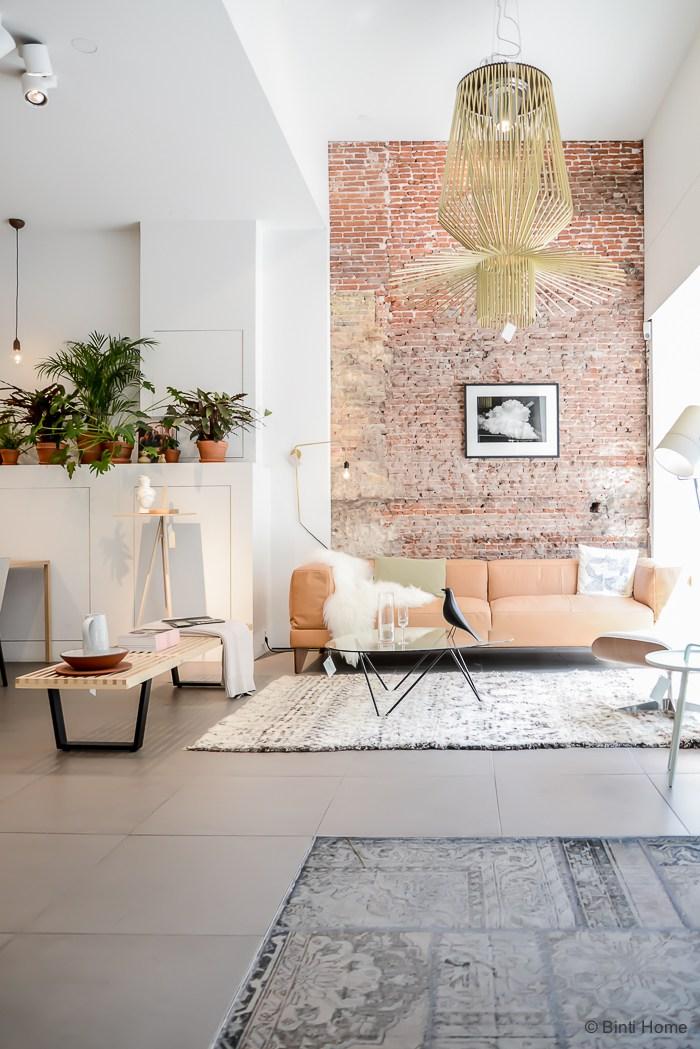Un salon au style industriel avec un mur de briques rouges