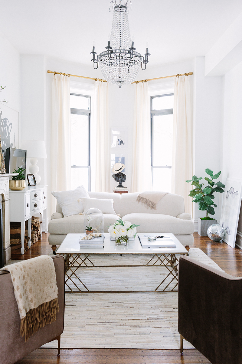 Un appartement parisien haussmannien avec un beau chandelier au plafond