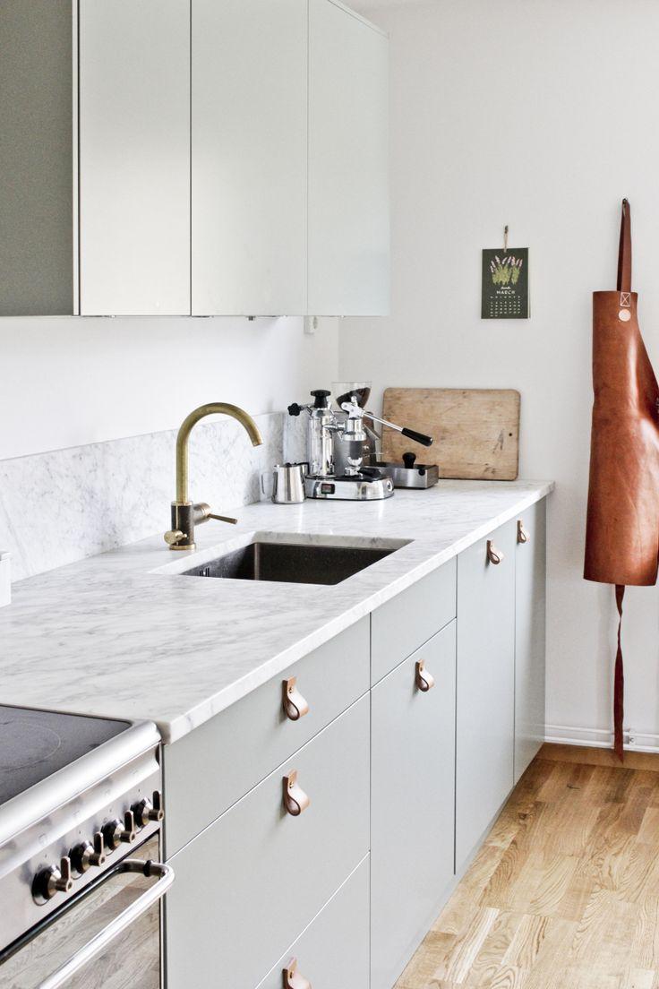 Des poignées en cuir dans la cuisine