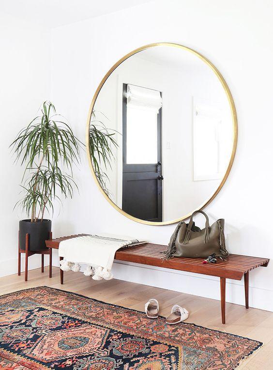 Idée déco : un grand miroir rond dans l'entrée et un beau tapis berbère