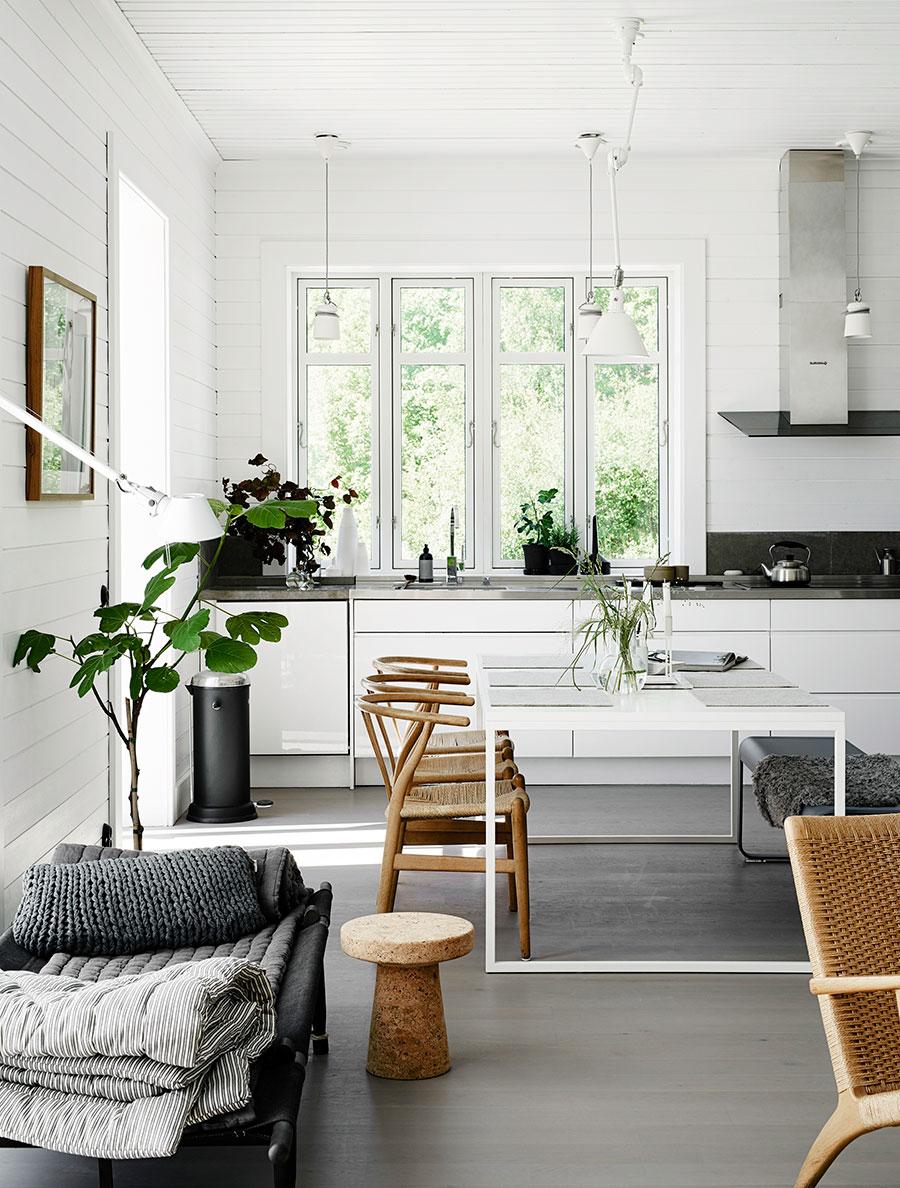Une déco scandinave dans la salle à manger grise, avec des fauteuils en bois clair