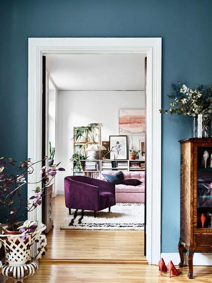 Idée déco pour l'entrée de son appartement : les murs bleu canard